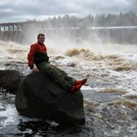 Инструктор тура на фоне Игнойльской ГЭС 29.04.2012
